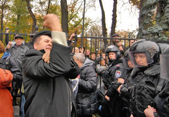 После перепалки с «беркутовцами» митингующие двинулись на Банковую — к Администрации президента. Изображение № 23.