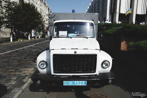 С вечера предыдущего дня возле «Украинского дома» дежурит автозак. Изображение № 2.