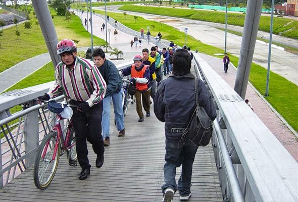 Велосипедная дорожка на улице Хуан Амарилло в Боготе.. Изображение № 69.
