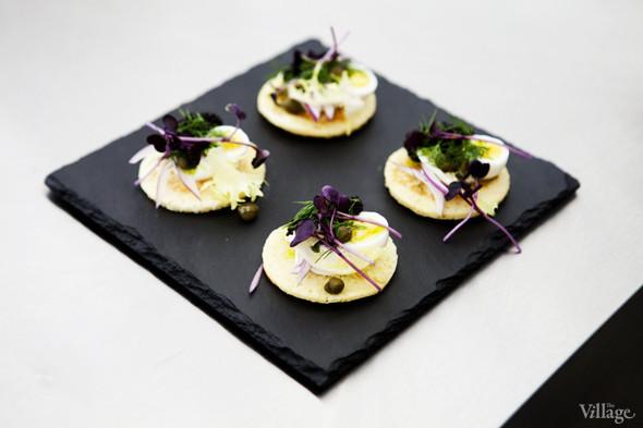 Omnivore Food Festival: Алекс Жилюк готовит картофельные оладьи с чёрной икрой и баллотин из ягнёнка. Изображение № 8.