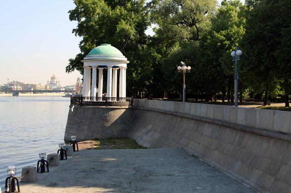Изображение 7. В парке Горького начали строить деревянный пляж.. Изображение № 3.