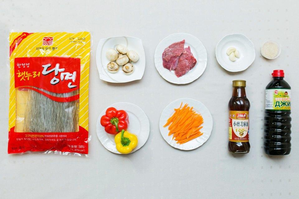 Чапче: стеклянная лапша, маринованное мясо (говядина), шампиньоны, чеснок, перец. Изображение № 2.