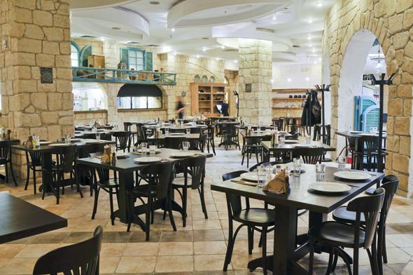 Места в ресторане Misada много, на входе над арками висят мезузы. . Изображение № 9.