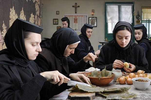 «За холмами», основанная на реальных событиях драма о том, как в молдавском монастыре убили женщину, пытаясь изгнать из неё дьявола, хит последних Канн. Изображение № 2.