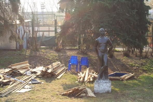 Демонтаж в парке им. Горького, 28 апреля 2011 . Изображение № 10.