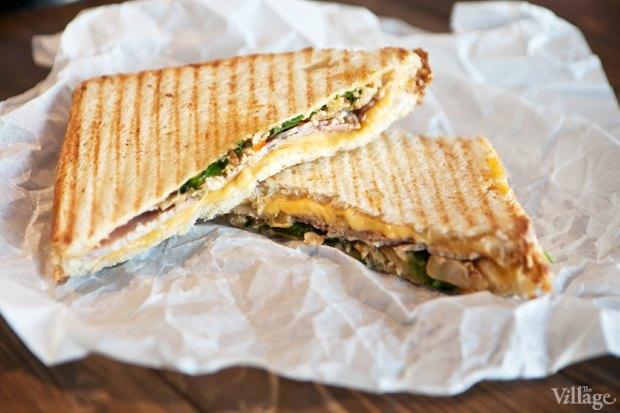 Горячий сэндвич с жареной кимчи, плавленым сыром и копчёным окороком в картофельном хлебе. Изображение № 31.