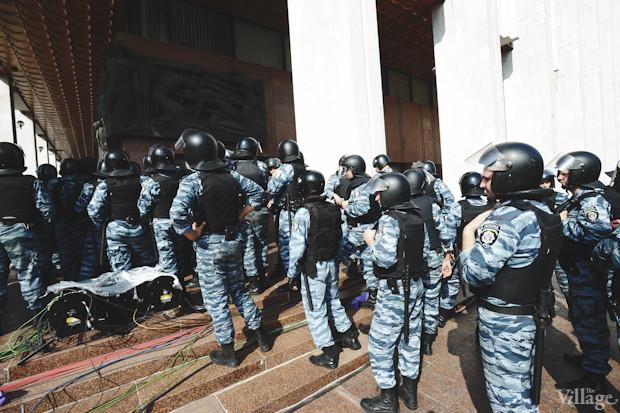 По периметру здания сосредоточены бойцы спецподразделения МВД «Беркут». Изображение № 4.