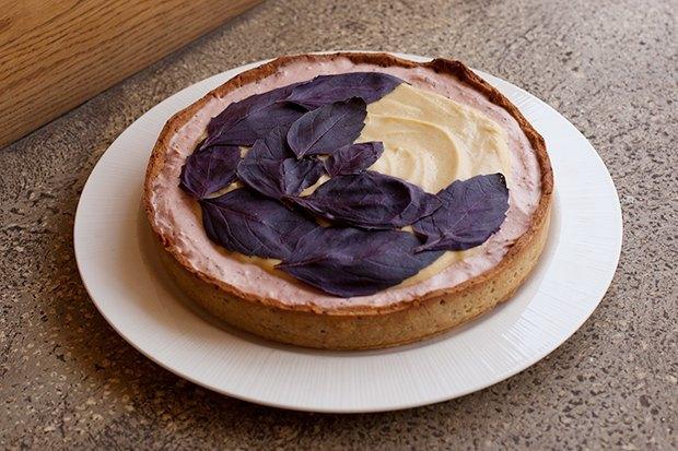 Клубнично-базиликовый тарт скокосовым заварным кремом. Изображение № 2.