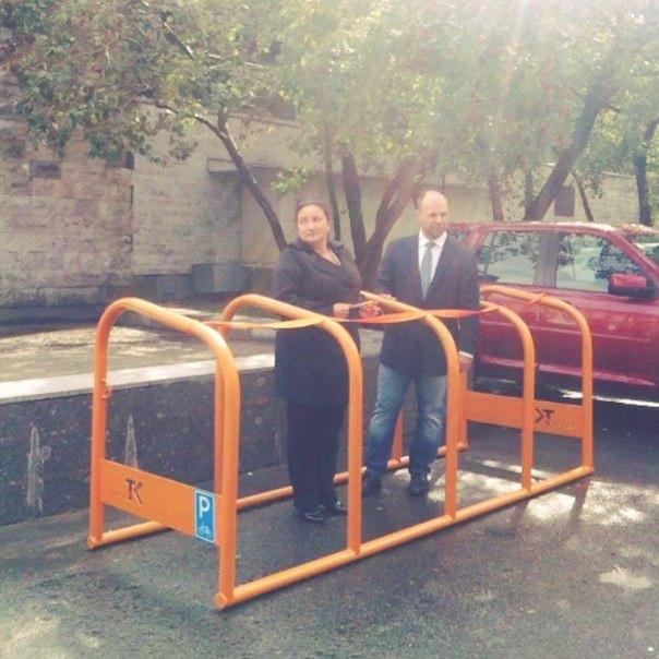 В городе начали ставить гигантские велопарковки. Изображение № 1.