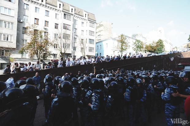 К Европейской площади спускаются новые группы митингующих. Изображение № 11.