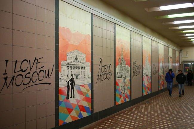 Стены перехода на станции метро «Лубянка» украсили рисунками с видами Москвы. Изображение № 1.