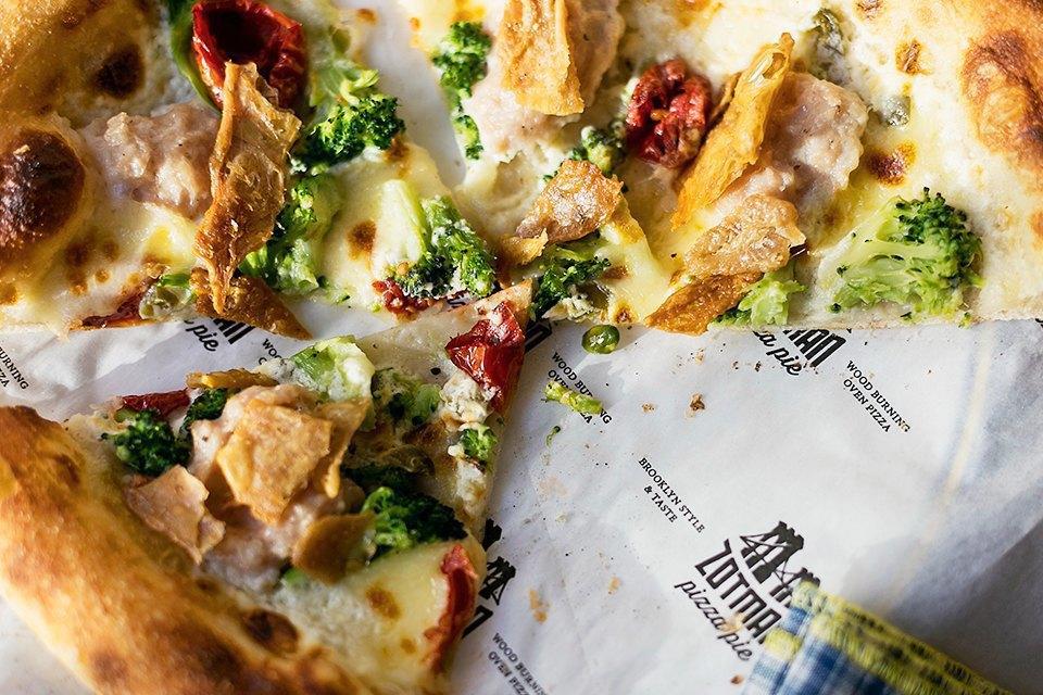 Пицца с курицей, брокколи, сливочным сыром и халапеньо 490 рублей. Изображение № 20.