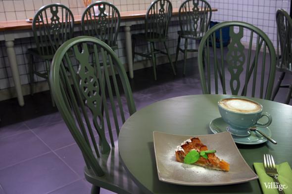 Пирог с миндалём и абрикосами — 120 рублей, капучино — 100 рублей. Изображение № 32.