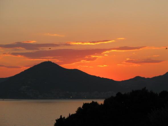 и хотя Черногория получила свое название от густых лесов а не от черных гор, эти силуэты ассоциируются с целой страной. Изображение № 3.