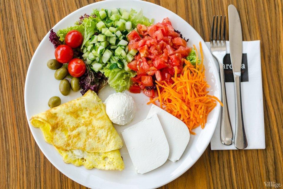 «Сливочный завтрак» с яичницей, салатом из овощей, сливочным сыром и фетой — 73 грн.. Изображение № 37.
