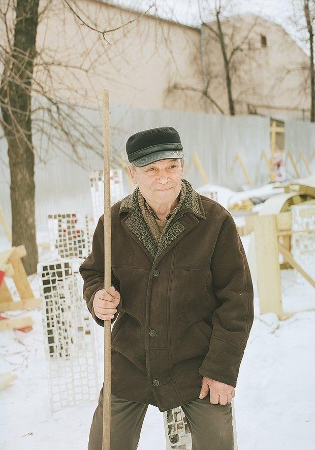 Юрий Полуэктович. Уже много лет ухаживает за территорией сада Баумана. Изображение №1.