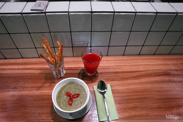Крем-суп из брокколи с кокосовым молоком и чили-перцем — 90 рублей, домашний клюквенный морс — 60 рублей. Изображение № 31.