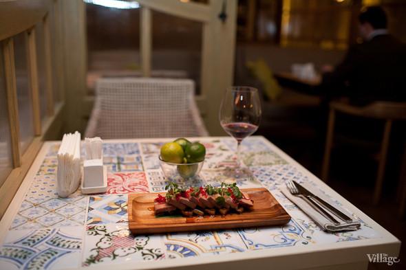 Стейк из свиной лопатки с медовой грушей на листе бамбука с перцем чили и кинзой. Изображение № 24.