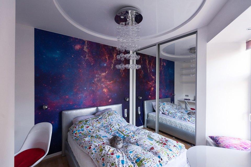 Двухкомнатная смногоуровневыми потолками и фотографиями NASA . Изображение № 3.