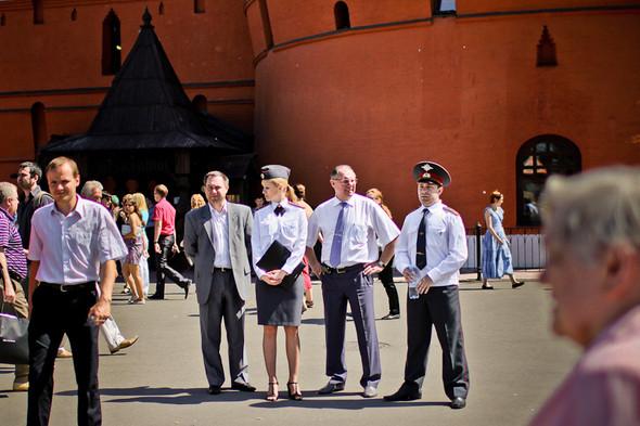 Издалека за работой полицейских внимательно наблюдали люди в галстуках, к ним периодически подходили офицеры и старший состав.. Изображение № 14.