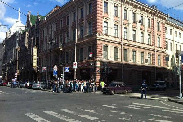 В воскресенье в Петербурге гуляли 500 человек, в понедельник закрывают Исаакиевскую. Изображение № 18.