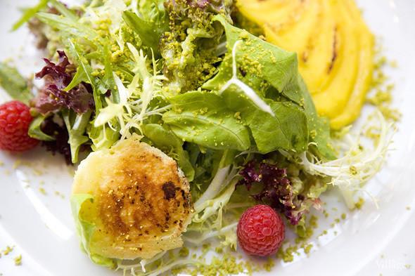 Листья салата с жареным сыром кротан де шевр и манго — 610 рублей. Изображение № 44.