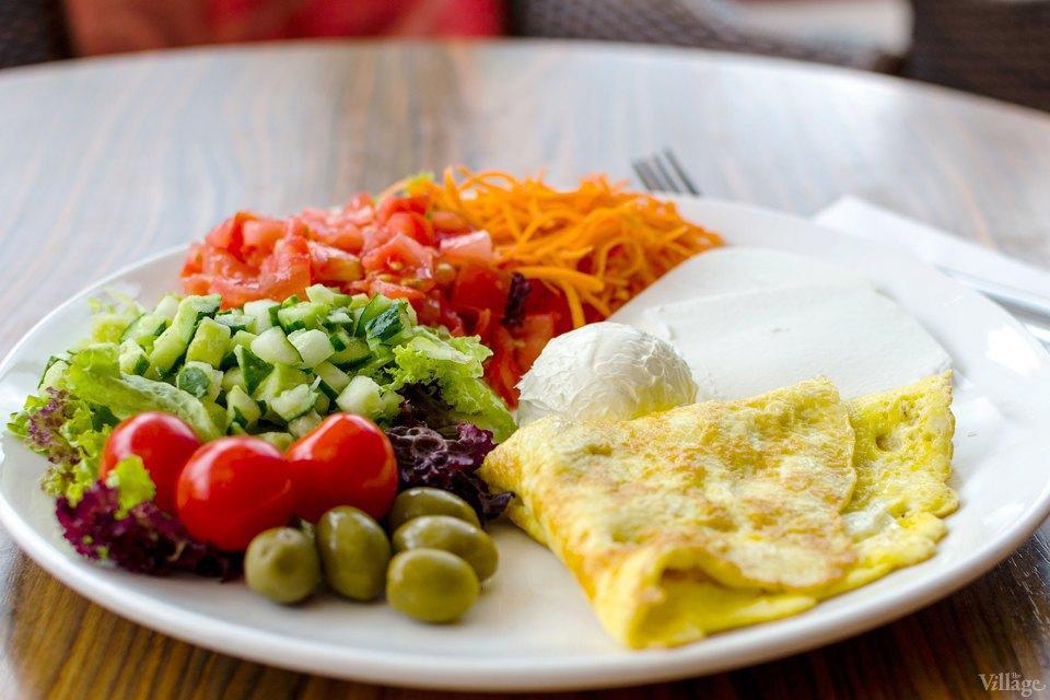 «Сливочный завтрак» с яичницей, салатом из овощей, сливочным сыром и фетой — 73 грн.. Изображение № 38.