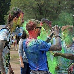 Вогнали в краску: В Киеве прошёл фестиваль «Холи». Изображение № 9.