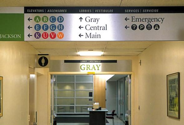 В системе ориеинтирования, разработанной Гибсоном для Центрального госпиталя Массачусетса, используется та же логика, что и в метро. Маршрут представлен в виде совокупности «линий» и «станций», что помогает легко достигнуть нужного места. . Изображение № 15.