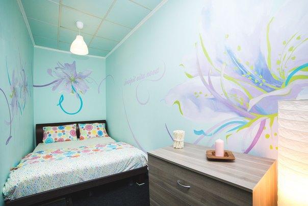 НаПетроградской открылся хостел срасписными комнатами. Изображение № 3.