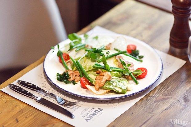 Салат с нежным филе цыпленка, перепелиным яйцом, стручковой кенийской фасолью, хлебными чипсами и заправкой «Цезарь» — 330 рублей. Изображение № 23.