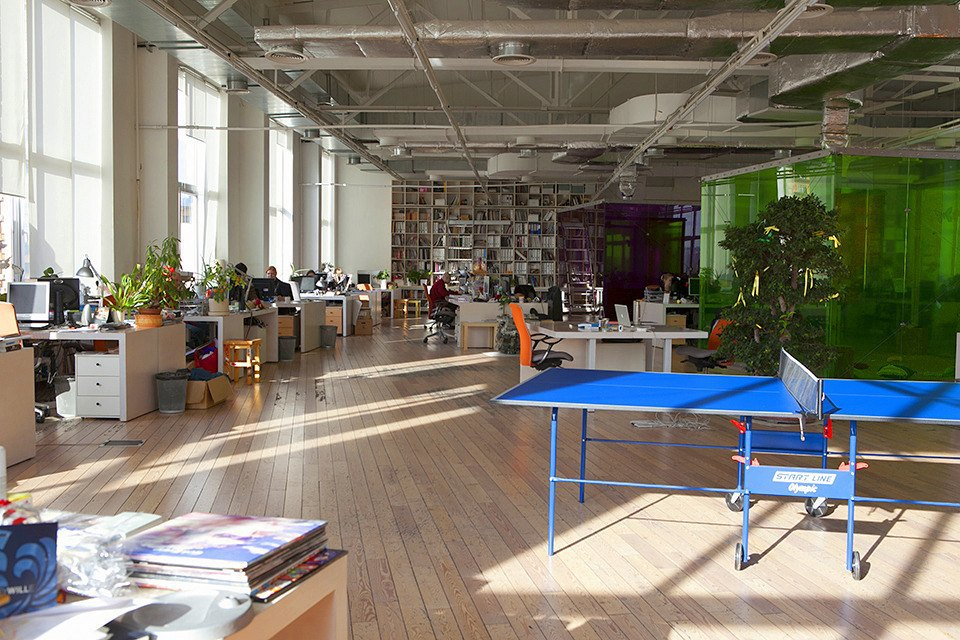 Сотрудники играют в пинг-понг, у многих есть свои ракетки. Изображение № 13.