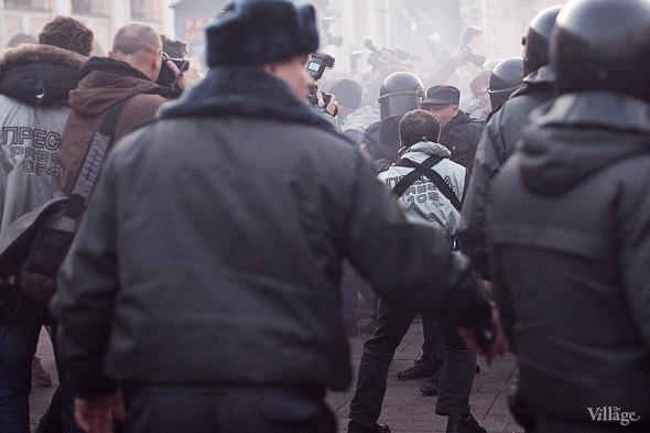 Отряд ОМОНа пробивается к автобусу прямо сквозь сотрудников прессы.. Изображение № 17.