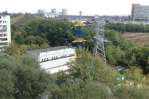 Вышку электропередачи перекрасили вжёлтый и синий цвета московские коммунальщики. Изображение № 2.
