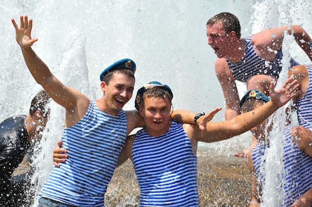 Десантники купаются в фонтане в День ВДВ. Изображение № 1.