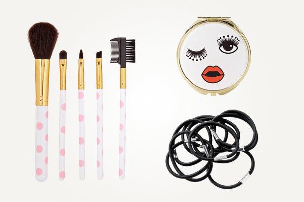 Слева: набор кисточек для макияжа, Forever 21, 200 рублей Справа: зеркало, Forever 21, 200 рублей, 10 резинок для волос, H&M 99 рублей. Изображение № 18.