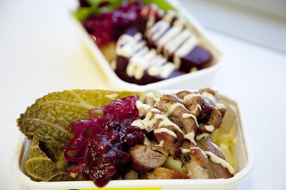 Индейка, савойская капуста, толченый картофель, клюквенный чатни, айоли — 200 рублей. Это блюдо появится в меню киоска в январе. . Изображение № 4.