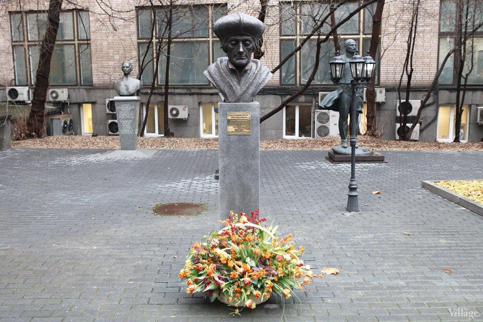 Фоторепортаж: Памятник Эразму Роттердамскому вМоскве. Изображение № 1.