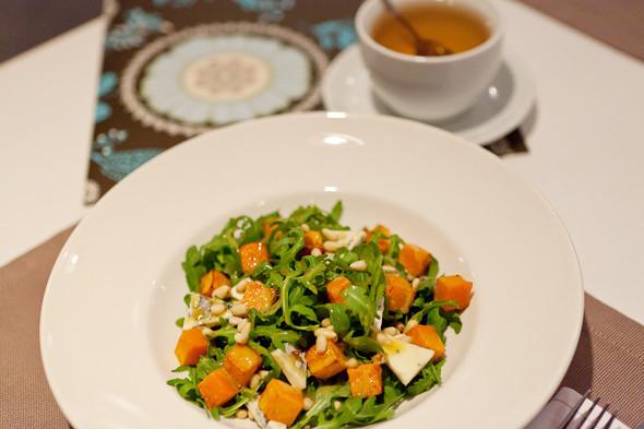 Тёплый салат с печёной тыквой — 260 рублей и зелёный чай — 90 рублей за чайник. Изображение № 25.