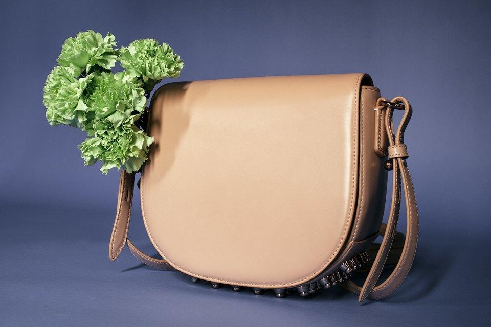 Яркие цветы и сумки. Изображение № 4.
