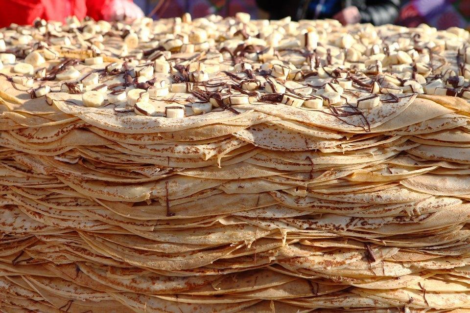 Огромный блинный пирог наплощади уЦУМа. Изображение № 5.