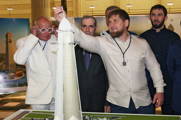 Архитектор Александр Зусик (слева, в очках) и Рамзан Кадыров. Фото: РИА Новости. Изображение № 1.