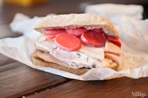 Сэндвич с индейкой, пикулями и луковым конфитюром. Изображение № 24.