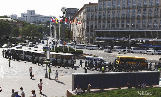 К полудню к «Украинскому дому» подтягиваются дополнительные силы милиции. Изображение № 24.