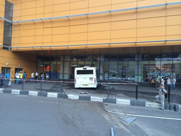 На «Речном вокзале» автобус врезался в торговый центр. Изображение № 2.