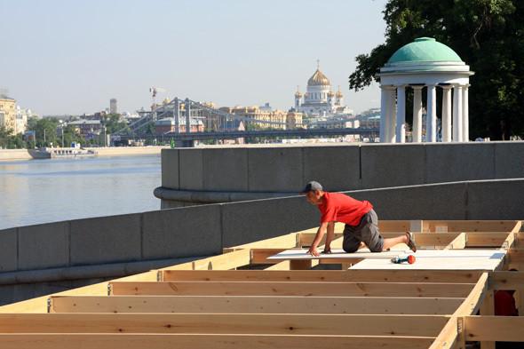 Изображение 6. В парке Горького начали строить деревянный пляж.. Изображение № 2.