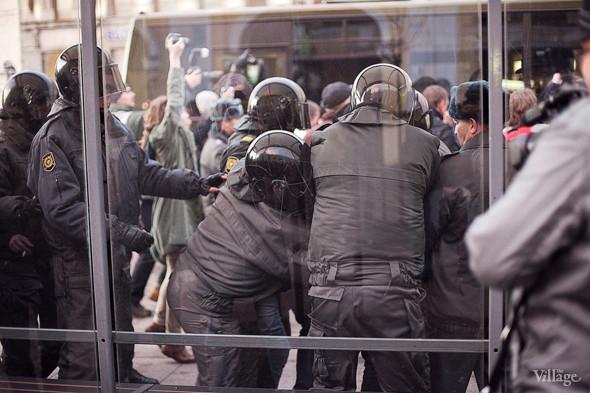 Молодого человека прижимают к стеклу на остановке.. Изображение № 6.