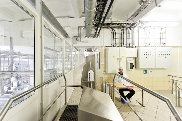 Сотрудники перед входом на производство вставляют руки в специальный аппарат, который брызгает на ладони дезинфицирующую жидкость. Изображение № 13.