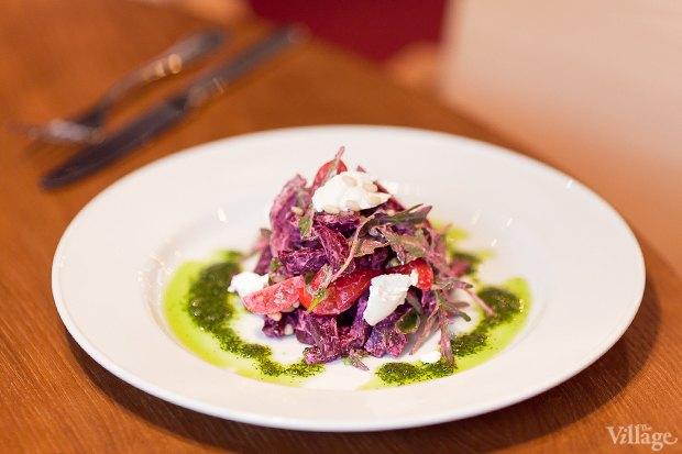Салат из печёной свеклы и рукколы с ростбифом и творожным соусом — 360 рублей. Изображение № 17.