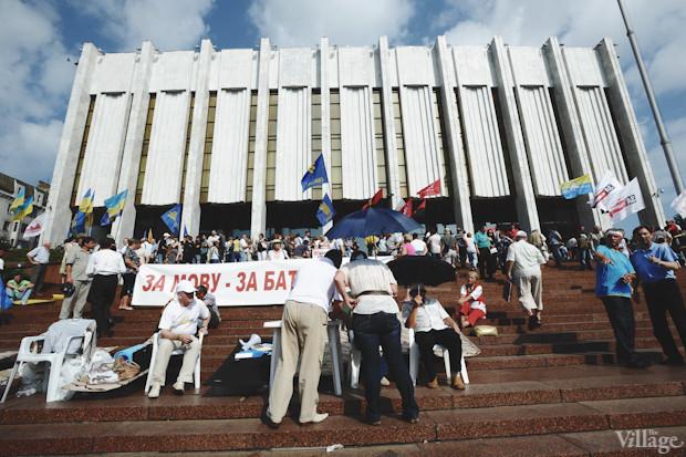 На подступах к «Украинскому дому» из динамиков звучат хиты «Океана Эльзы», митингующие развернули транспаранты. Изображение № 19.